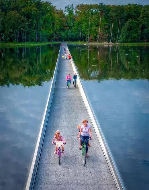 fietsen door het water GENK